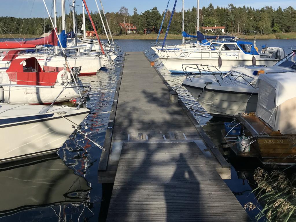 Båtarna vid bryggan Piparholmen vid Trosa i Sörmland - TSS Båtklubb