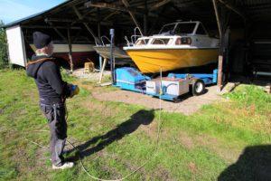 Jocke kör in båtar i båtskjulen vid vinterupptagningen på Slipen