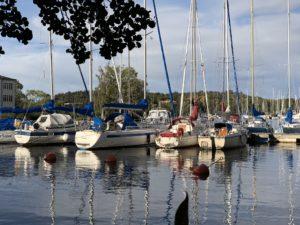 Segelbåtar vid bryggan i Vårby i Mälaren - TSS båtklubb