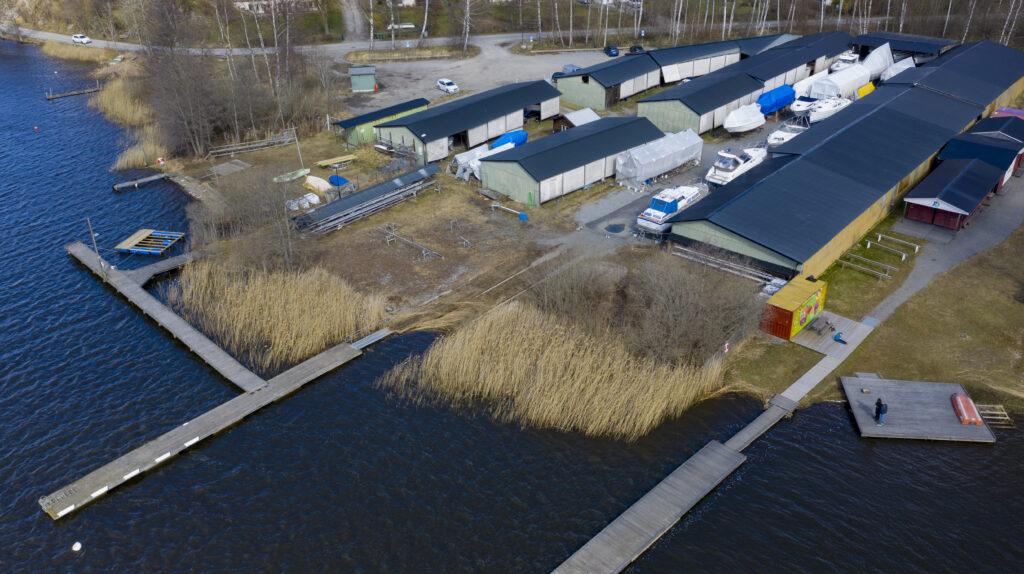 Slipenområdet och Slipenbryggan söderifrån - TSS - Båtklubben i Tullinge